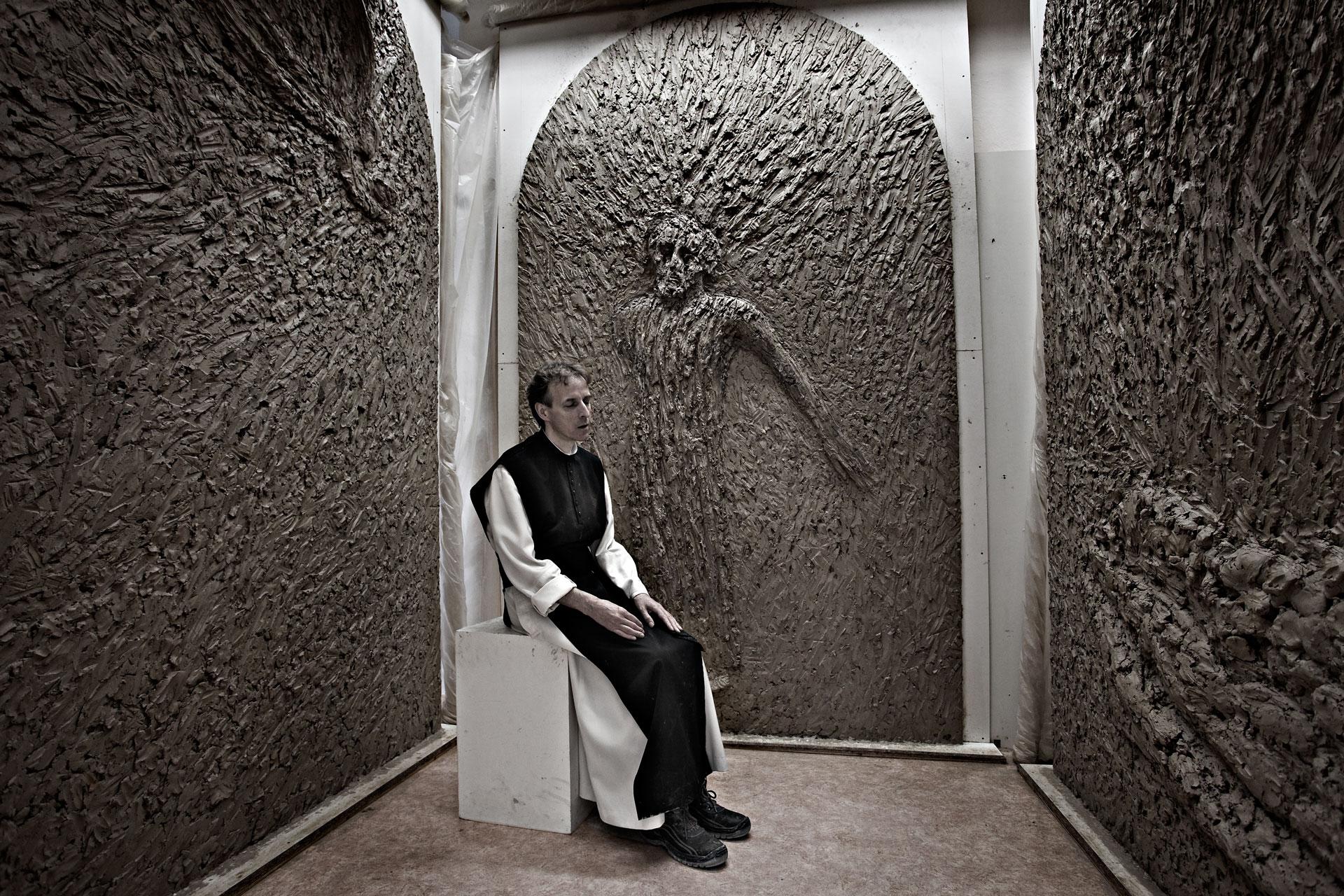 Pater Raphael vor seinem Werk